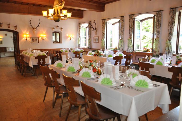 Liebevoll hergerichteter Innenraum des Gasthofs Klosterbräustüberl Schäftlarn